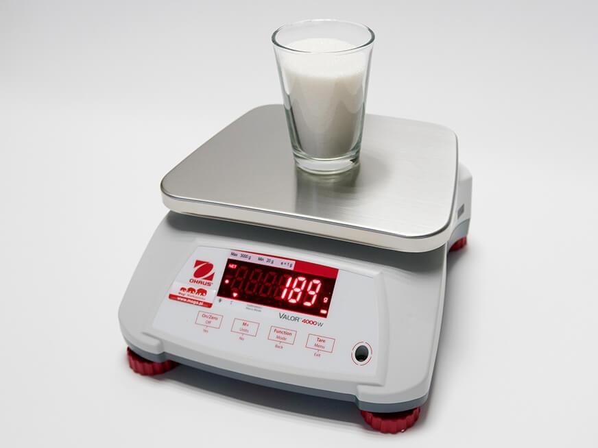 Szklanka cukru na wadze