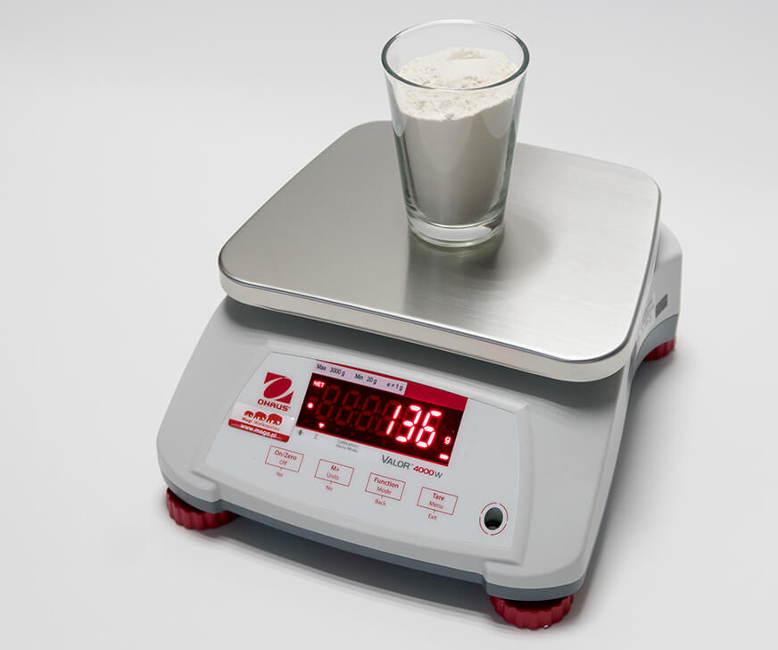 Szklanka mąki na wadze