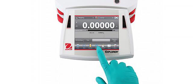 Klawiatura i przyciski wagi laboratoryjnej