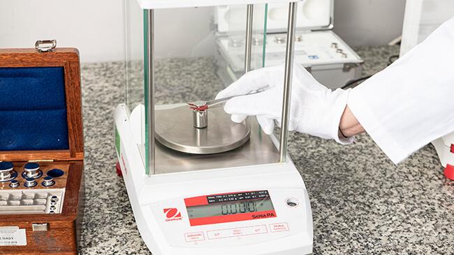 Sprawdzanie wagi laboratoryjnej