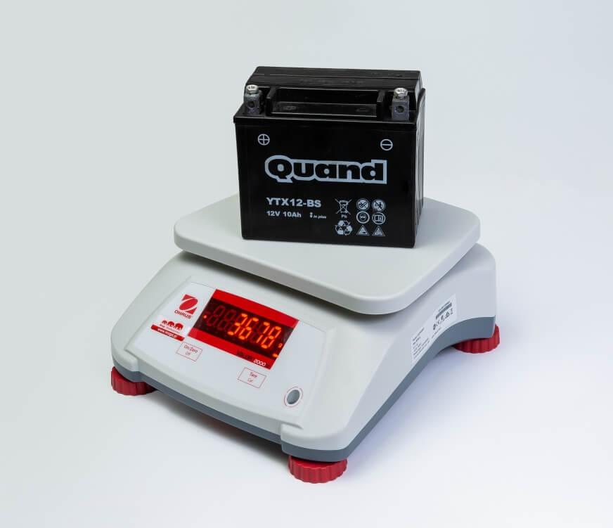 Akumulator motocyklowy na wadze