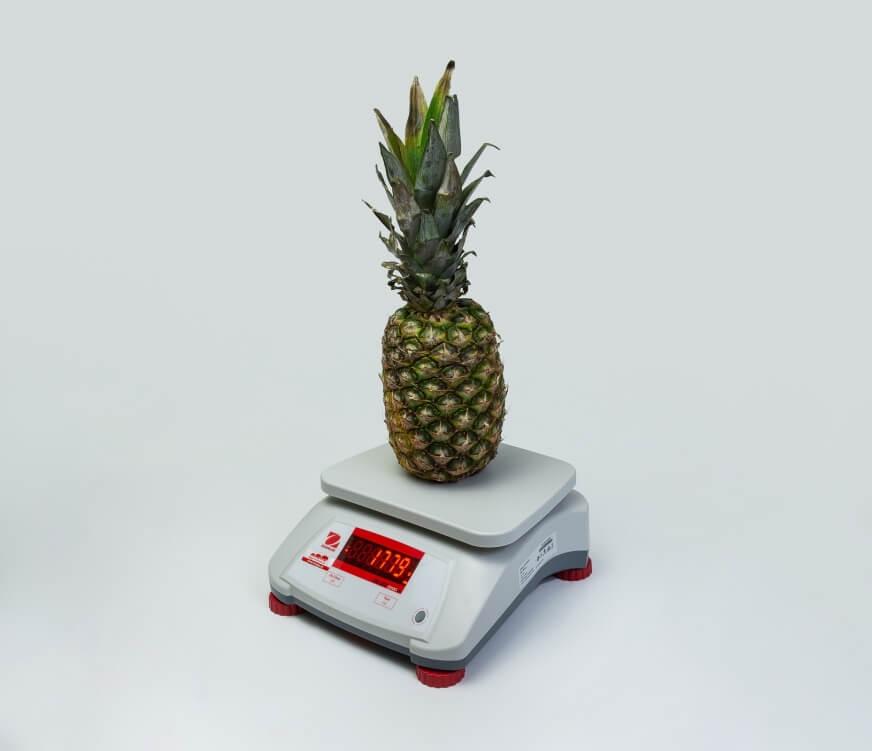 Ananas na wadze