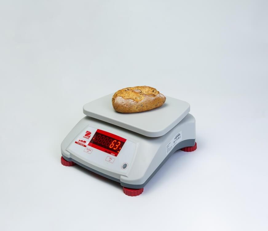 Bułka śniadaniowa z kiełkami na wadze