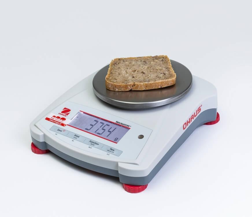 Kromka chleba żytniego na wadze