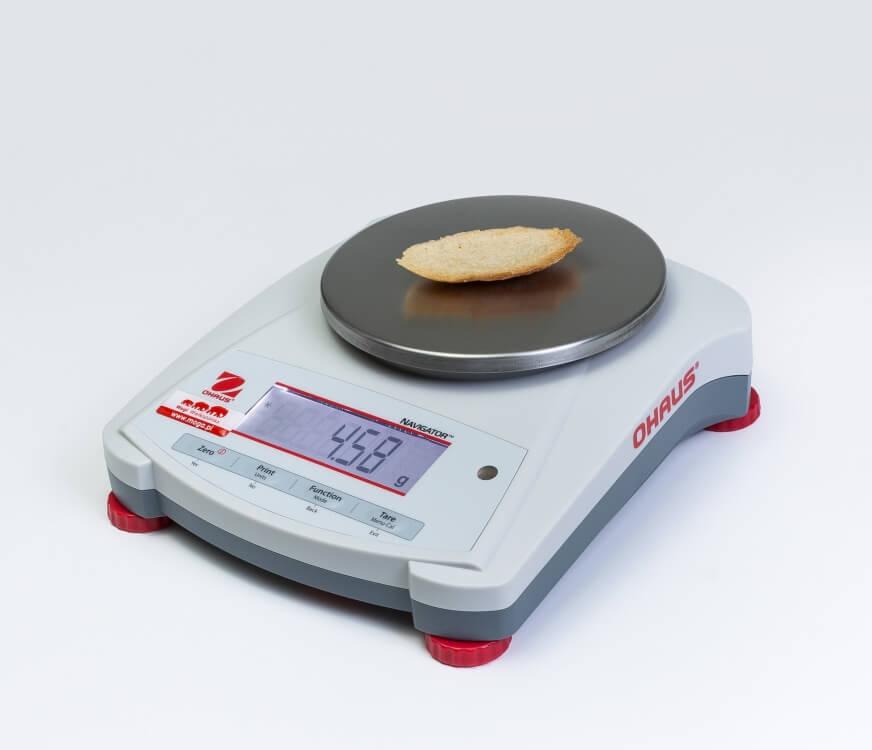 Piętka chleba na wadze