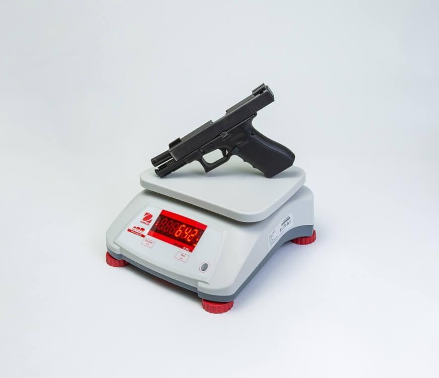 Pistolet Glock 17 na wadze
