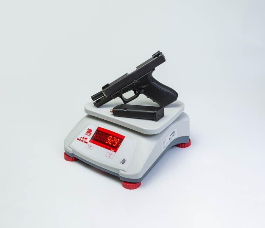 Pistolet Glock 17 z amunicją na wadze