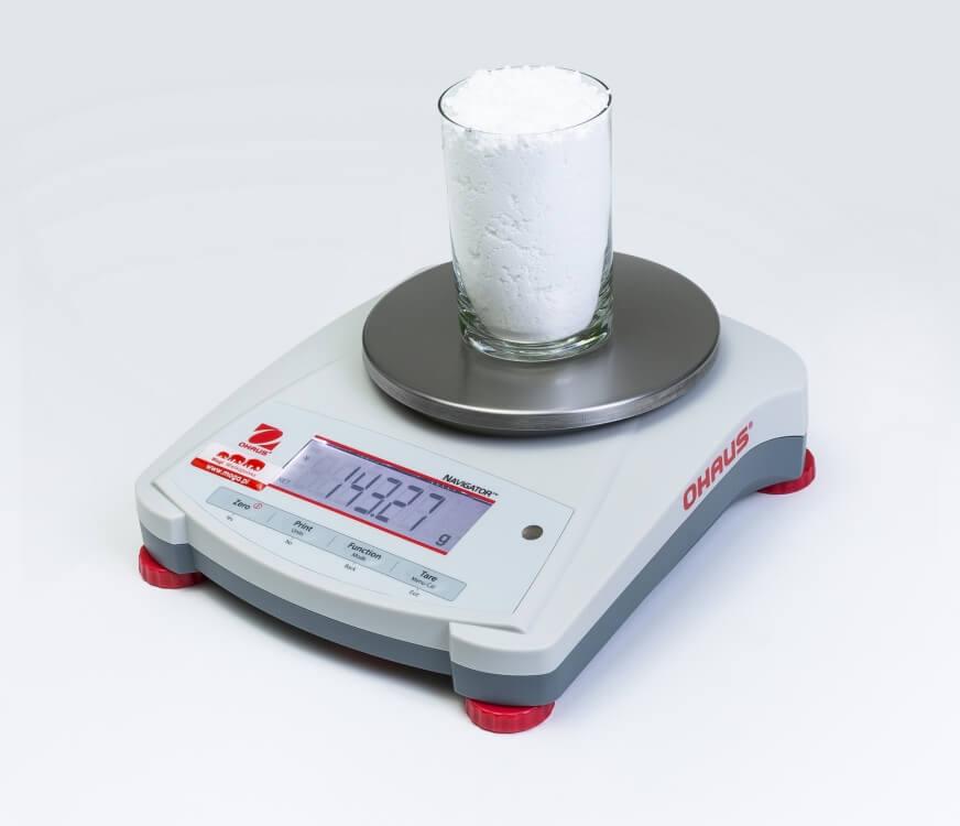 Szklanka cukru pudru na wadze